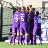 Le giocatrici della Fiorentina festeggiano dopo il gol di Ilaria Mauro