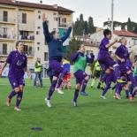 La Fiorentina festeggia la vittoria davanti ai tifosi